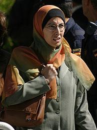 Fatima Zahra, mujer de Alony, a la salida de la sesión. (Foto: AFP)