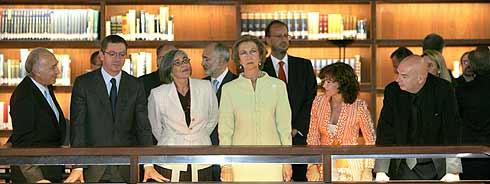Un momento de la visita de la Reina. (Foto: EFE)