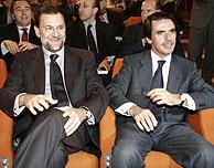 José María Aznar (dcha.), junto a Mariano Rajoy. (Foto: Diego Sinova)