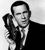 Don Adams con su 'zapatófono'. (Foto: EFE)