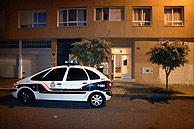 Un cohe de Policía a la puerta del piso en el que tuvo lugar el suceso. (Foto: EFE)