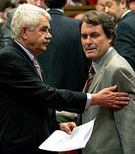 Pasqual Maragall (izda.) y Artur Mas, en el Parlament. (Foto: EFE)