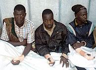 Varios inmigrantes heridos, atendidos en Ceuta. (Foto: AFP)