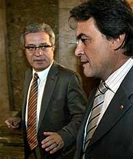 Los líderes de CiU e ICV, Artur Mas y Joan Saura, conversan en los pasillos del Parlament. (Foto. EFE)