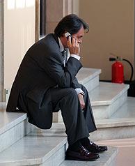 Mas habla por teléfono en las escaleras del Parlament. (Foto: EFE)