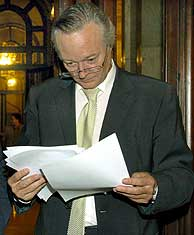 El líder del PP, en los pasillos del Parlament. (Foto: EFE)