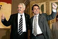 Tras el acuerdo, Mas y Maragall han levantado el pulgar en señal de triunfo. (Foto: EFE)