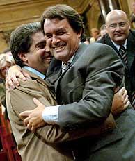 El presidente de CiU, Artur Mas, se abraza a Francesc Homs tras llegar a un acuerdo. (Foto: EFE)