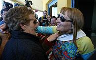 Mercedes Galdós Arsuaga (d), al salir de la prisión de Topas. (Foto: EFE)