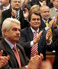 Pasqual Maragall y Artur Mas aplauden el Estatut aprobado en el Parlamento catalán. (Foto: EFE)