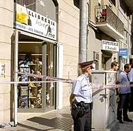 Fachada de la librería donde se produjo el asesinato. (Foto: EFE)