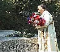 La hermana Jacques-Marie visitando la tumba de Matisse. (Foto: Barbara Freed)