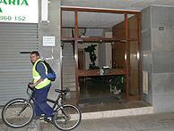 Portal de la casa en la que tuvo lugar el suceso. (Foto: EFE)