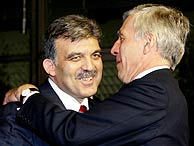 El ministro de Exteriores turco, Abdula Gul, recibido por su homólogo británico, Jack Straw. (Foto: REUTERS)