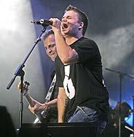 El líder de El Canto del Loco, en un concierto con Hombres G. (Foto: EL MUNDO)