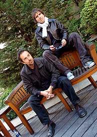 Diego Vasallo (izq) y Mikel Erentxun en la presentación del disco. (Foto: EFE)