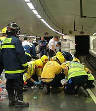 Efectivos del Samur atienden a la joven herida. (Foto: AYTO. DE MADRID)