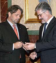 Ernest Benach (izda.) entrega a Manuel Marín el Estatut en soporte USB. (Foto: EFE)