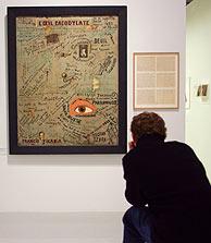 Un visitante contempla un cuadro del dadaísta Francis Picabia. (Foto: AFP)
