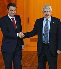 Zapatero (izda.) recibe a Maragall en las puertas de La Moncloa. (Foto: AFP)