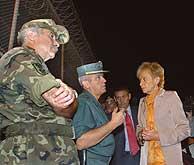 Fernández de la Vega escucha las explicaciones de un guardia civil durante su visita a la valla. (Foto: EFE)