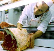 Un carnicero corta una pieza de chuletón sin hueso (Foto: JON DIMIS. AP)