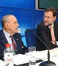 Mariano Rajoy (dcha.) habla con Manuel Fraga en Santiago de Compostela. (Foto: EFE)