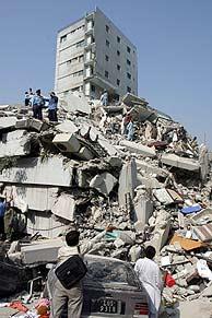 Varias personas en las ruinas de un edificio en Islamabad. (Foto: AP)