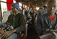 Senegaleses son trasladados a Oujda, desde donde serán repatriados. (AFP)