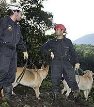 Dos de los bomberos españoles que trabajan en Panabaj. (Foto: AFP)