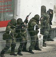 Soldados rusos acechan a los guerrilleros en la tienda que estaban atrincherados. (Foto: AFP)