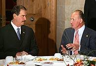 El Rey conversa con el presidente mexicano durante el desayuno. (Foto: EFE)