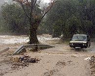 Un coche, en medio de una riada en Canoges (Girona). (EM)
