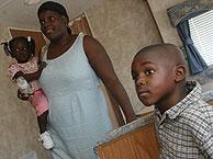 Una familia de desplazados en EEUU por el huracán 'Katrina'. (Foto: AP)