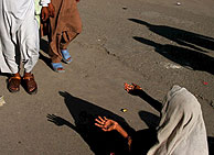 Una mujer de Cachemira pidiendo limosna. (Foto: EFE)