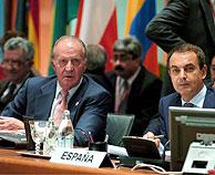 El Rey Juan Carlos y José Luis Rodríguez Zapatero, durante la primera sesión de trabajo de la Cumbre. (Foto: EFE)