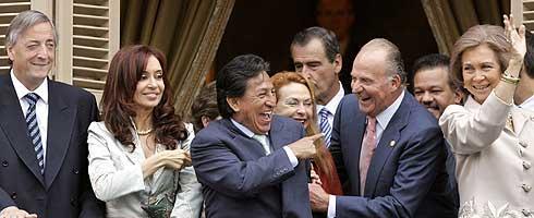 De izquierda a derecha, el presidente de Argentina, Néstor Kirchner, y su esposa, Cristina Fernández, el presidente de Perú, Alejandro Toledo, su esposa y los Reyes de España, en Salamanca. (Foto: AP)