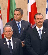El ministro de Asuntos Exteriores de Cuba, flanqueado por otros representantes iberoamericanos. (Foto: EFE)