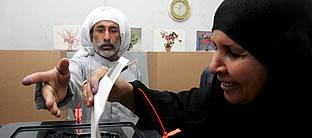 Una mujer vota en Bagdad (EFE).