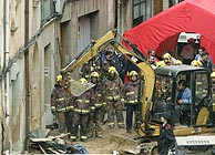 Bomberos y saniatrios trabajan en las labores de rescate. (Foto: AP)