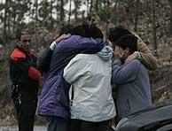 Familiares de la joven desaparecida, poco después de localizarse el cadáver. (Foto: Mitxi)
