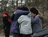 Familiares de la víctima, tras hallarse el cuerpo. (Foto: Pablo Viñas)