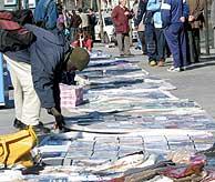 Un inmigrante vende discos piratas en la calle. (Foto: Javi Martínez)
