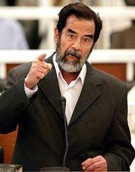 Sadam Husein responde de forma airada al tribunal. (Foto: AFP)