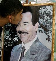 Un partidario de Sadam besa su foto en Jordania. (Foto: REUTERS)