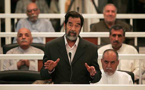 Sadam y los otros siete dirigentes de su régimen, en el banquillo de los acusados. (Foto: AFP)