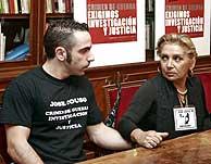 El hermano de Couso (David) y su madre se dan fuerza durante la rueda de prensa. (Foto: Diego Sinova)
