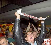 Jóvenes sujetan carteles contra Carrillo y la bandera preconstitucional. (B. Rivas)