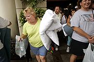 Turistas salen de un hotel de Cancún. (Foto: AP)
