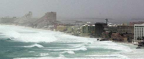 Cancún es sacudida por los primeros efectos de 'Wilma'. (Foto: AP)